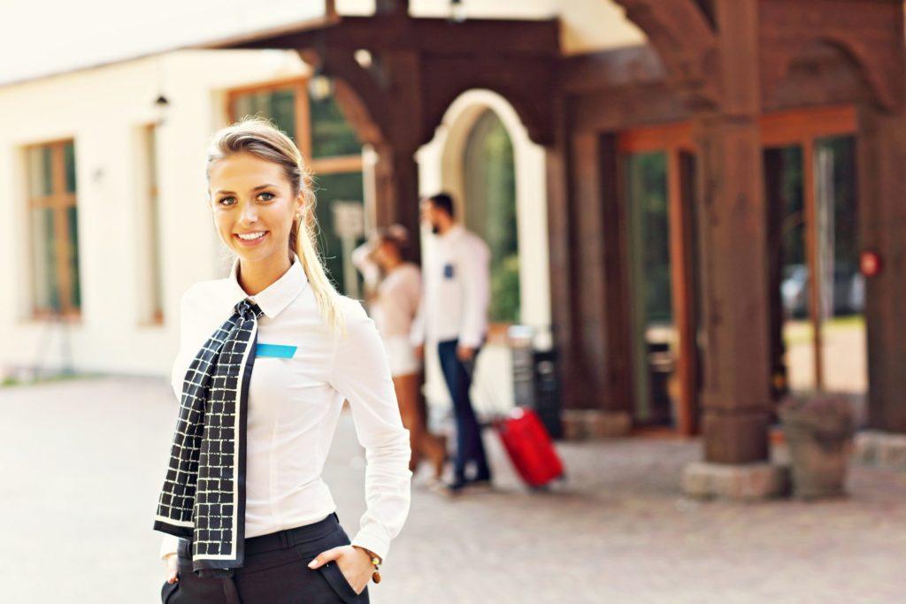 jak zwiększyć sprzedaż w hotelu pracownik
