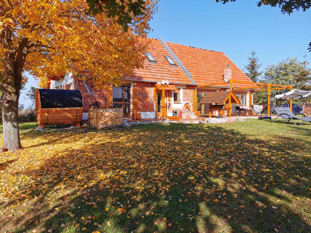 Agroturystyka Ginkgo - dom jesienią